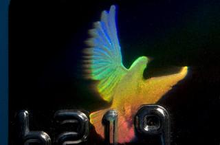 Holograma de una paloma en una tarjeta Visa (tomada de la cuenta de Flickr de Dominic Alves)