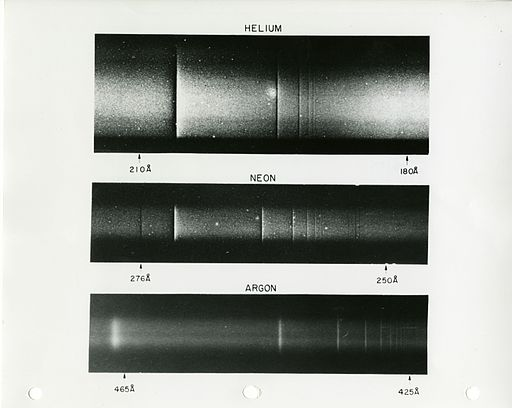 "Radiación transmitida a traves de tres gases nobles (credito: ""National Institute of Standards and Technology Digital Collections, Gaithersburg, MD 20899."")"